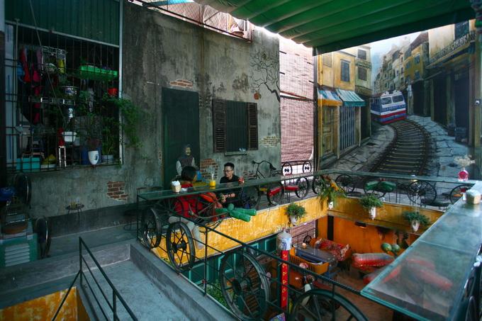 Tầng ba và tầng 4 kết nối với nhau qua một khoảng thông tầng. Ở tầng 4, hiện trạng tường, mái được tận dụng kết hợp với những bức tranh tường tạo nên không gian thoáng đãng.