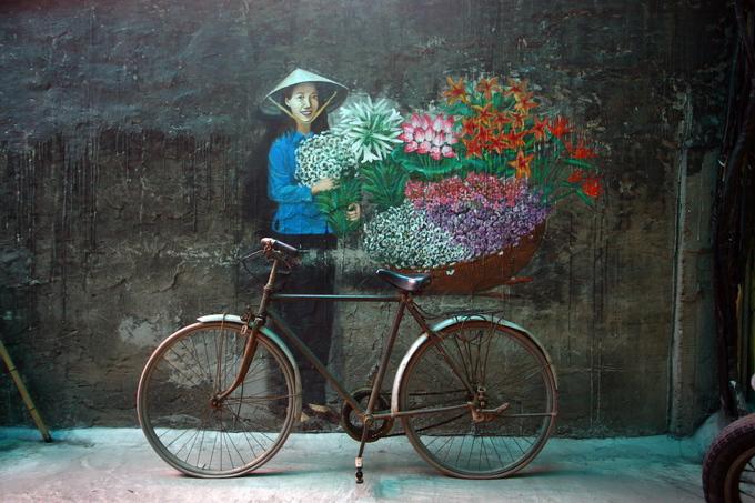 Những bức tranh tường mang dấu ấn Hà Nội, kết hợp với nghệ thuật sắp đặt.