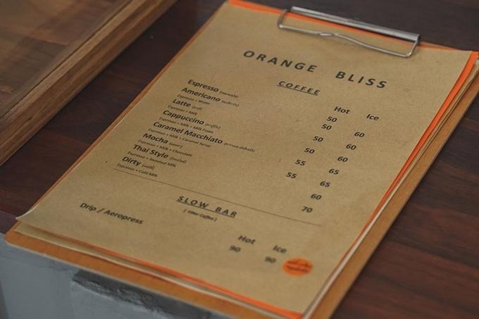 Thực đơn của quán ít món, không có nhiều sự lựa chọn, các món nước quen thuộc như cà phê, trà sữa với giá từ 50 baht/ly (khoảng 35.000 đồng). Ảnh Orange Bliss