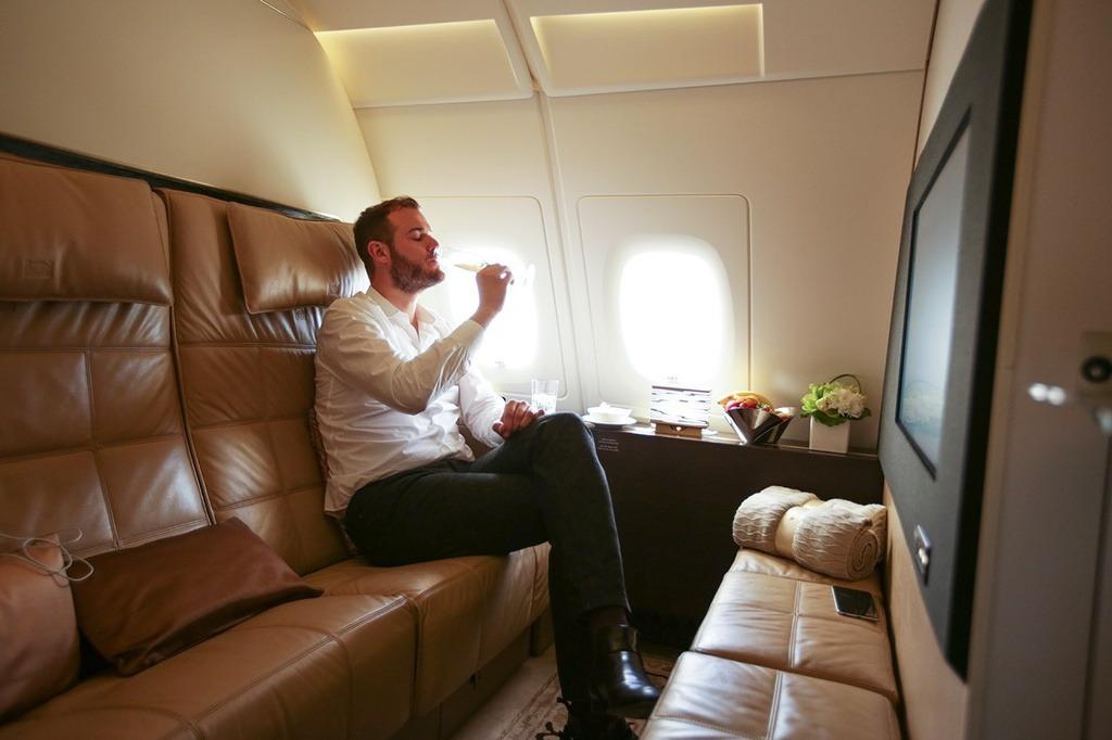 Máy bay dành cho chiếc vé đắt đỏ này có phòng ngủ, phòng tắm, phòng khách và một vị quản gia riêng cho khách hàng. Giá vé được đồn đoán hơn 68.000 USD nhưng có thể rẻ hơn, tùy thuộc vào tuyến đường đi. Chẳng hạn, từ London Heathrow (London, Anh) đến Abu Dhabi (UAE), bạn có thể tìm thấy giá vé khứ hồi khoảng 16.899 USD/người hoặc 25.531 USD/2 người. Trong khi đó, cùng một tuyến đường, giá vé máy bay rẻ nhất khoảng 494 USD/người.