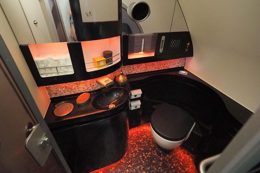 Phòng tắm lớn được thiết kế riêng cho hành khách, bao gồm nhà vệ sinh, vòi hoa sen, các vật dụng cá nhân đến từ thương hiệu xa xỉ, máy sấy tóc, khăn lông và áo choàng tắm. Trên máy bay, du khách được trao cặp tai nghe chống ồn, một số đồ ngủ mới để thư giãn.