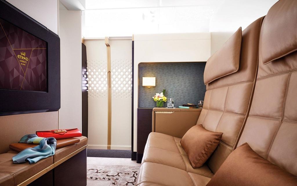 Phòng khách trải đệm mịn, được đặt 2 ghế bọc da nằm phẳng và tivi. Phòng ngủ có một giường cỡ lớn và ti vi. Wi-Fi phủ sóng miễn phí trên máy bay. Etihad's The Residence ra mắt lần đầu tiên vào năm 2014 trên các máy bay số hiệu A380 của hãng hàng không Airbus.