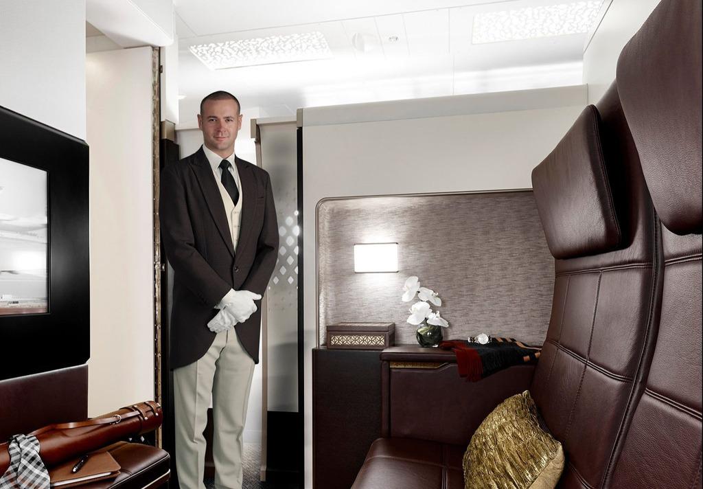 Máy bay có nhiều không gian để thư giãn, nghỉ ngơi. Quản gia riêng sẽ phục vụ bữa ăn cho hành khách. Bạn cũng được hưởng dịch vụ tài xế đưa đi, đón về cũng như có quyền truy cập phòng chờ sang trọng ở sân bay. Hành khách đặt vé Etihad's The Residence cũng sẽ được hộ tống cá nhân lên chuyến bay. Do đó, hành khách có thể ổn định chỗ ngồi trước bất kỳ ai khác.