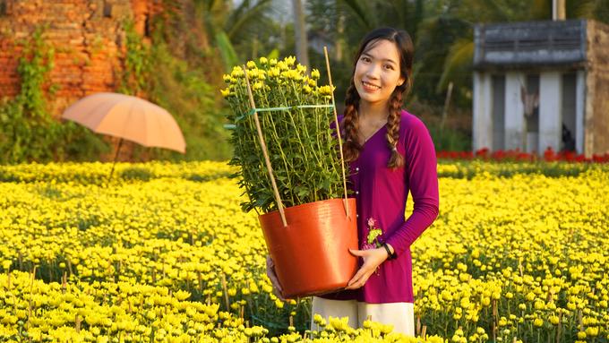 Làng hoa Chợ Lách là vựa hoa nổi tiếng miền Tây, sau làng hoa Sa Đéc (Đồng Tháp) với 600 ha hoa, cây cảnh phục vụ Tết Nguyên đán, tương đương 11 triệu sản phẩm.