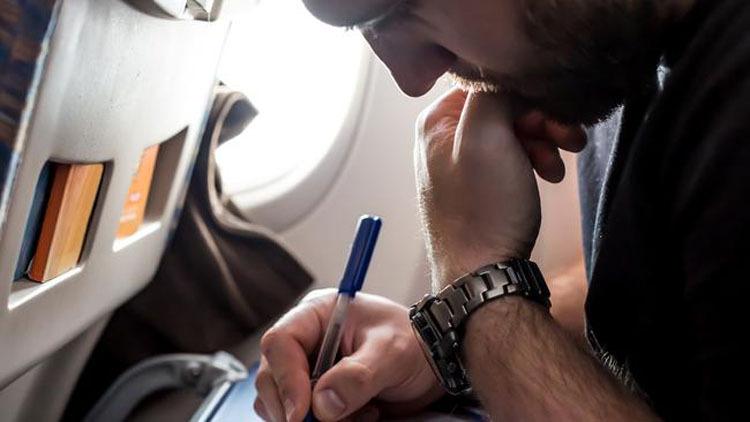 Tầm quan trọng của việc điền thông tin chính xác đã được chứng minh khi các nhà chức trách cố gắng liên lạc với những hành khách có thể đã tiếp xúc với virus corona nhờ vào phiếu nhập cảnh của họ.. Ảnh: Escape.