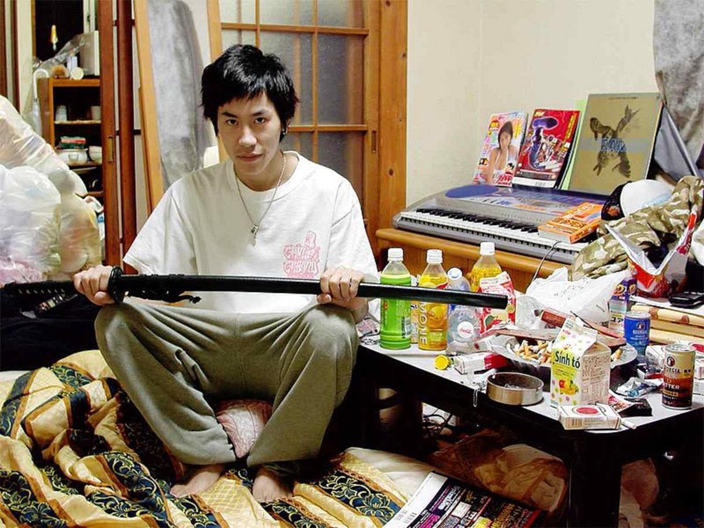 6. Hơn 700.000 người có lối sống Hikikomori. Tuổi trung bình là 31. Hikikomori là những người sẵn sàng tự cô lập khỏi xã hội (thường là người trẻ). Hầu hết thời gian họ sống xa người thân, hiếm khi rời khỏi phòng riêng, thức ăn và mọi thứ cần thiết được giao tận nơi. Một số người không liên lạc với người khác và chỉ ở nhà trong suốt 7-10 năm. Chính phủ Nhật Bản lo lắng về hiện tượng này trong thời gian dài và tìm mọi cách để đưa những người Hikikomori trở lại cuộc sống bình thường.