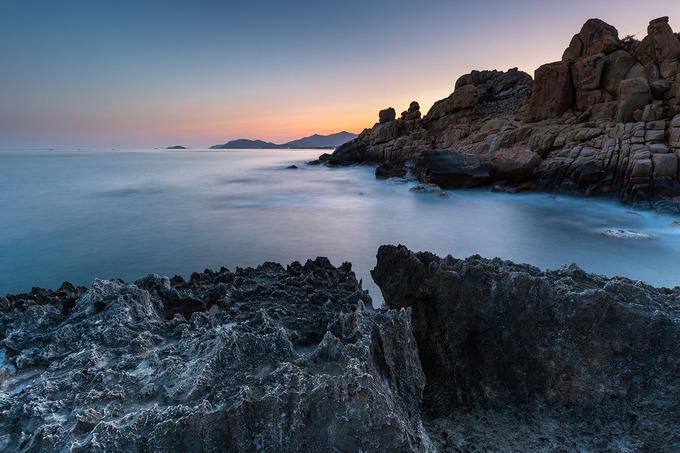 Bãi Hang Rái có địa thế núi chắn sóng, chất chồng lên nhau tạo nên những hang động đẹp mắt. Du khách cũng bị thu hút bởi những tảng đá có hình thù kỳ quái nhô trên mặt biển. Tuy nhiên di chuyển tại đây cần cẩn trọng để tránh thương tích do đá sắc nhọn. Ảnh: Phạm Tuấn Anh.
