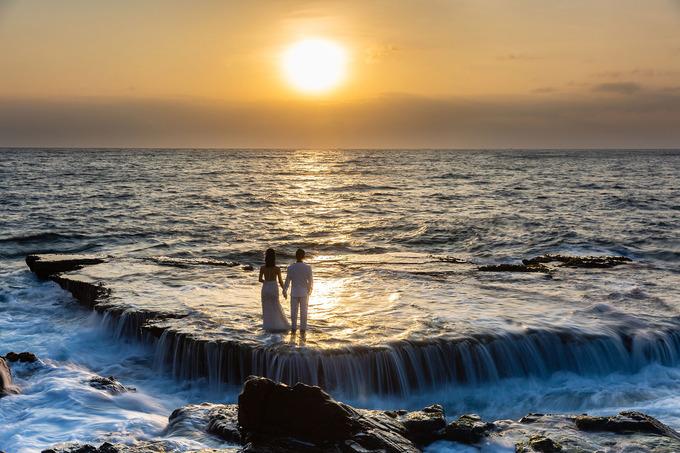 """Mỗi đợt thủy triều, sóng chồm lên bãi đá rồi nước rút xuống tựa như """"thác trên biển"""", thu hút giới nhiếp ảnh, các đôi chụp ảnh cưới và nhiều du khách tham quan. Khi sóng to, gió lớn du khách không nên mạo hiểm ra bãi đá gần biển. Ảnh: Phạm Tuấn Anh."""