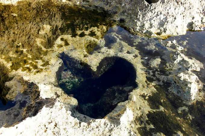 Trong đó, một hốc đá tự nhiên có hình trái tim là điểm check-in của nhiều bạn trẻ. Ảnh: Nguyễn Thanh Tuấn.