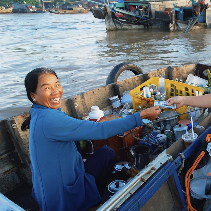 """Một """"đặc sản"""" khác của vùng sông nước nơi đây là nụ cười của những người bán hàng. Bạn sẽ ấn tượng bởi những tiếng rao ngọt ngào và cách phục vụ nhẹ nhàng của miền Tây."""