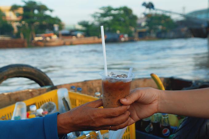 """Có ăn thì không thể thiếu uống, vì vậy ở chợ nổi những quầy cà phê """"lưu động"""" rất phổ biến."""
