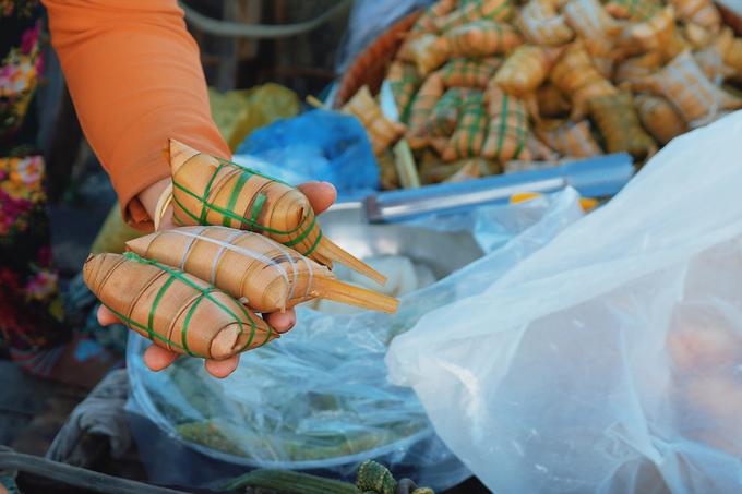 Nếu có dịp tới Cần Thơ, hãy thử ăn bánh lá dừa (ảnh), món quà miền Tây dân dã với vị thơm của nếp dẻo, ngọt bùi của nhân dừa, đậu xanh và hương thơm đặc trưng của lá dừa.  Bữa sáng trên sông là một trong những đặc trưng ở miền Tây, với trải nghiệm vừa ăn vừa chòng chành theo nhịp sóng nước. Những món ăn không chỉ thể hiện văn hóa ẩm thực mà ẩn sau đó là sự mộc mạc, bình dị như chính con người nơi đây.  Từ TP Cần Thơ, du khách có nhiều cách để tới chợ nổi Cái Răng, khu chợ lâu đời và tấp nập nhất vùng sông nước. Bạn có thể đi bằng thuyền từ bến Ninh Kiều, hoặc ôtô, gắn máy để tới chợ nổi bằng đường bộ.