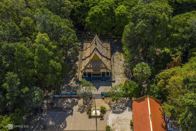 Chùa Dơi (hay chùa Mã Tộc, chùa Mahatup) nằm tại phường 3, TP Sóc Trăng, gắn với quần thể kiến trúc tiêu biểu về tín ngưỡng của dân tộc Khmer, được công nhận di tích nghệ thuật cấp quốc gia năm 1999. Đây là nơi sinh hoạt cộng đồng và tổ chức các lễ hội truyền thống của người Khmer. Trong ảnh là khu vực chánh điện của chùa, được bao quanh bởi rừng cây sao, dầu cổ thụ.