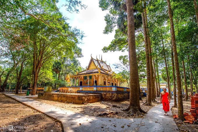 Chánh điện chùa Dơi nhìn từ phía sau. Theo Thượng tọa Lâm Tú Linh, Phó Trụ trì của chùa, nơi này hình thành năm 1569, với kiến trúc đơn giản từ tre và mái lá. Trải qua các đợt trùng tu, chùa trở nên khang trang hơn như du khách thấy ngày nay.  Ngoài chánh điện, chùa Dơi còn có các kiến trúc đặc trưng của người Khmer như Sala (hội trường cúng lễ), tăng xá (nơi nghỉ ngơi của các vị sư), các bảo tháp và miếu bà Đen để người dân đến cầu nguyện.