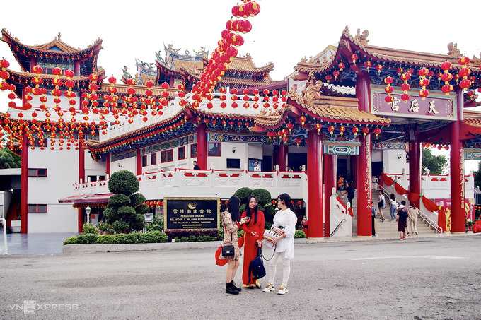 Chùa Thiên Hậu là một điểm du lịch nổi tiếng thuộc khu người gốc Hoa ở Malaysia, tọa lạc trên đồi Robson giữa thủ đô Kuala Lumpur. Ngôi chùa có diện tích 6.760 m2, là công trình tâm linh thờ cúng Thiên Hậu lớn nhất Đông Nam Á. Chùa được khánh thành vào 3/9/1989 sau hai năm xây dựng.
