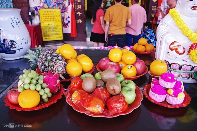 Người địa phương thường cúng dường các loại hoa quả mang ý nghĩa may mắn như táo – bình an, quýt – may mắn, dứa – dư giả…