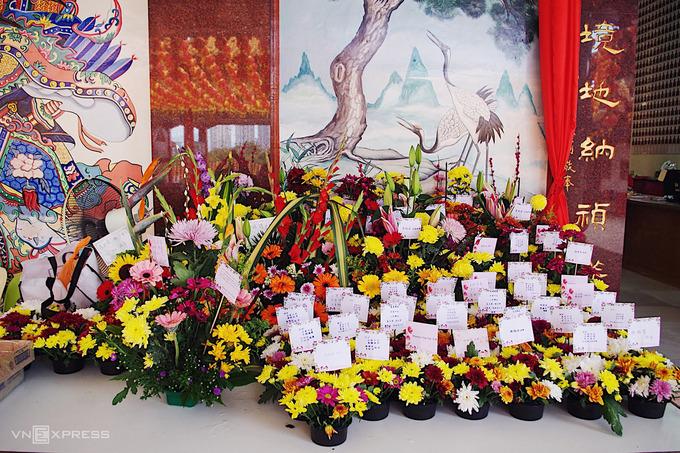 Mỗi ngày, cả trăm giỏ hoa tươi nhiều màu sắc ghi tên người tặng được lưu giữ tại chùa. Người viếng chùa cúng tặng hoa để thể hiện lòng thành kính, mong mang lại may mắn cho bản thân.