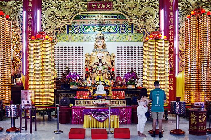 Thánh mẫu Thiên Hậu, hay nữ thần biển Ma Tổ (Mazu), là một vị thần linh thiêng trong tín ngưỡng của người Trung Quốc. Theo truyền thuyết, nữ thần tiền thân là một cô gái tên Lâm Mặc (ở cảng Tây An, tỉnh Phúc Kiến) có khả năng tiên tri thời tiết giúp đỡ ngư dân. Đặc biệt, cô đã xuất hồn bay đến giữa biển khơi cách nhà hàng trăm cây số để cứu cha và anh trai trong cơn bão, nhưng người cha không qua khỏi. Sống trong đau buồn, khi 28 tuổi, Lâm Mặc rời xa trần thế khi đang ngủ. Từ đó, để tỏ lòng tôn kính người dân địa phương đã thờ cúng cô thành thần và cầu xin trợ giúp khi đi trên sông nước hoặc đi xa bằng đường biển.