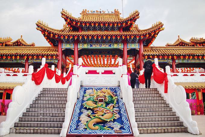 Các họa tiết trang trí của công trình có nhiều màu sắc sặc sỡ. Đỏ, vàng là màu chủ đạo xuất hiện nhiều nhất ở các cột trụ, kèo ngang, mái ngói. Một số chi tiết chạm khắc tinh xảo như tấm phù điêu giữa lối đi, thanh diềm dưới được sơn màu nổi bật.