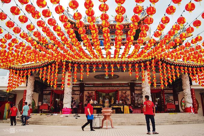 Đặc biệt, ngôi chùa thu hút du khách bởi hàng trăm chiếc đèn lồng đỏ rực treo san sát trong khuôn viên. Vào các dịp lễ lớn Phật Đản, Tết Trung Thu, Tết Nguyên Đán… chùa càng được trang hoàng lộng lẫy.