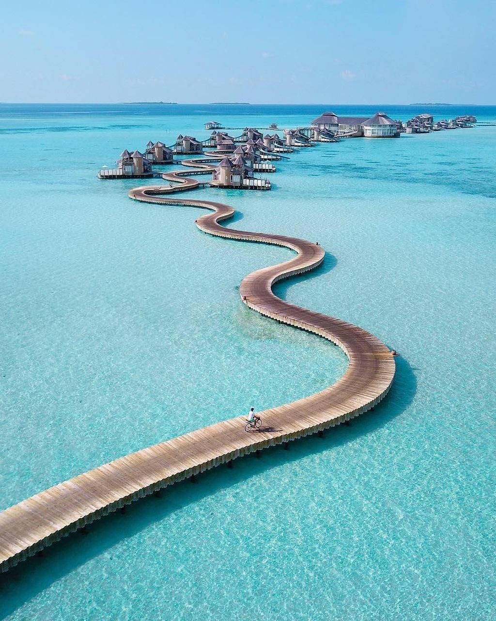 co-gi-ben-trong-khu-nghi-duong-dat-do-bac-nhat-maldives-IVIVU-1