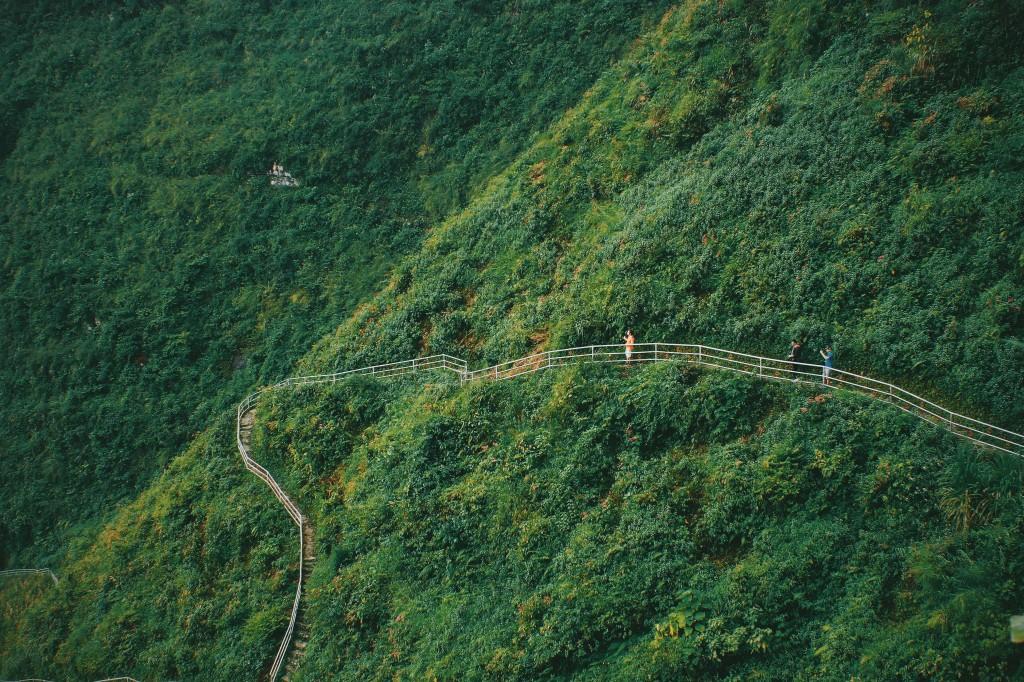 Du lịch Hà Giang nhớ trải nghiệm cung đường đi bộ sát vách núi nguy hiểm nhất Việt Nam – iVIVU.com