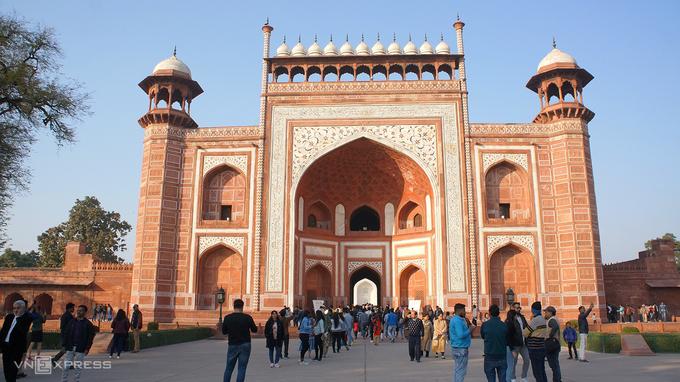 Cổng chính để vào tham quan khu phức hợp, nằm đối diện trên trục thẳng với cửa vào của lăng mộ.