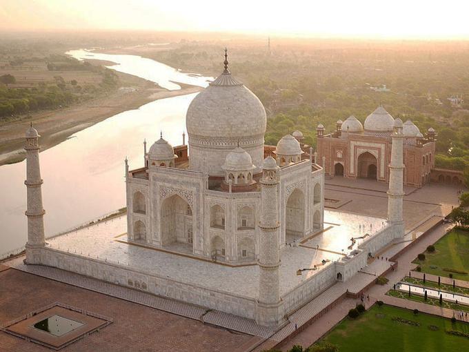 """Thường xuyên được các trang du lịch bình chọn là nơi phải đến một lần trong đời, Taj Mahal trở thành điểm dừng chân không thể bỏ qua khi đến Ấn Độ. Hiện lăng mộ này nằm trong tuyến tham quan """"tam giác vàng"""" của các công ty du lịch Ấn Độ bao gồm Delhi - Agra - Jaipur.  Du khách có thể mua vé bay thẳng của hãng Indigo từ Hà Nội hoặc TP HCM đến Kolkata sau đó bay tiếp đến các điểm trong tuyến này. Indigo là hãng hàng không lớn nhất Ấn Độ với mạng lưới bay nội địa rộng khắp. Ảnh: Taj Mahal."""