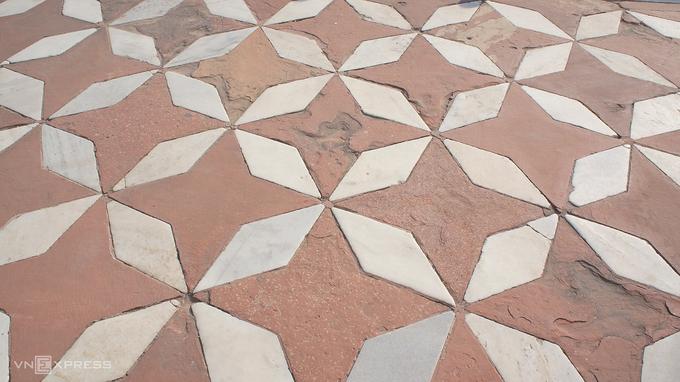 Để bảo vệ công trình gần 400 năm tuổi khỏi tác động từ con người, du khách sau khi đi bộ qua cổng, khu vườn trước lăng, đến bậc thềm được lát đá trắng đỏ (ảnh) sẽ phải bọc giày bằng túi đã phát khi mua vé.  Giá vé tham quan với khách nước ngoài là 1.100 INR (350.000 đồng), thời gian tối đa 3 tiếng, kèm một chai nước.