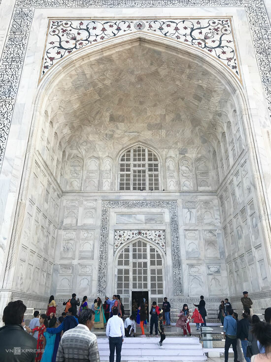 Lăng có một cửa vào, một cửa ra, còn lại đóng. Đây cũng là nơi du khách có thể cảm nhận nghệ thuật kiến trúc Hồi giáo tinh xảo của đế chế Mughal khi xưa.  Theo tài liệu của UNESCO, vẻ đẹp của Taj Mahal nằm ở sự kết hợp nhịp nhàng giữa các vật liệu rắn và khoảng trống, lồi và lõm, cùng nguyên liệu cẩm thạch trắng và đá quý màu.
