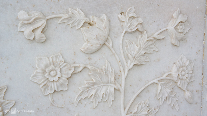 Những họa tiết khắc nổi trên tường đá cẩm thạch từ hàng trăm năm trước khiến du khách liên tưởng đến tranh 3D với đường nét mềm mại của từng bông hoa, chiếc lá.