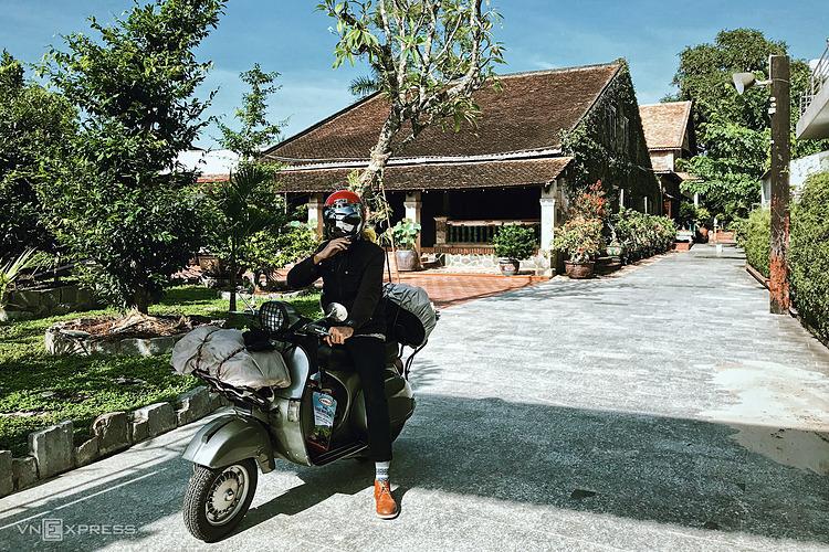 Du khách sử dụng xe máy sẽ tiện tham quan một số điểm ở Tây Ninh, trong đó có nhà cổ trăm tuổi. Ảnh: Tâm Linh.