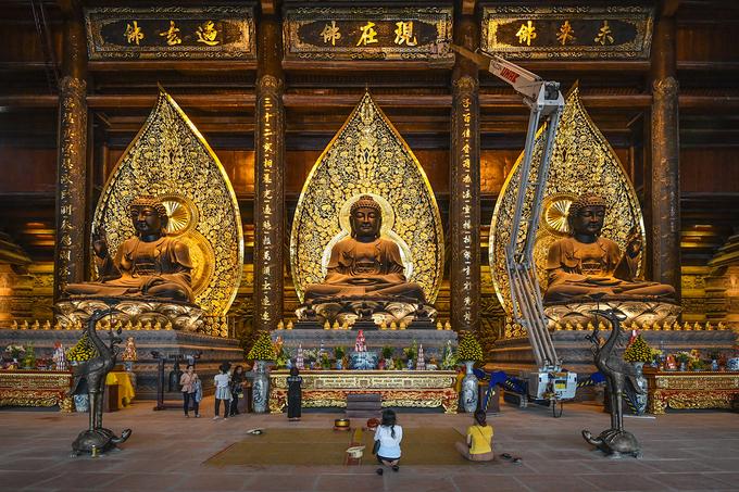 Ba bức tượng Phật trong điện Tam Thế. Ảnh: Huy Dương.