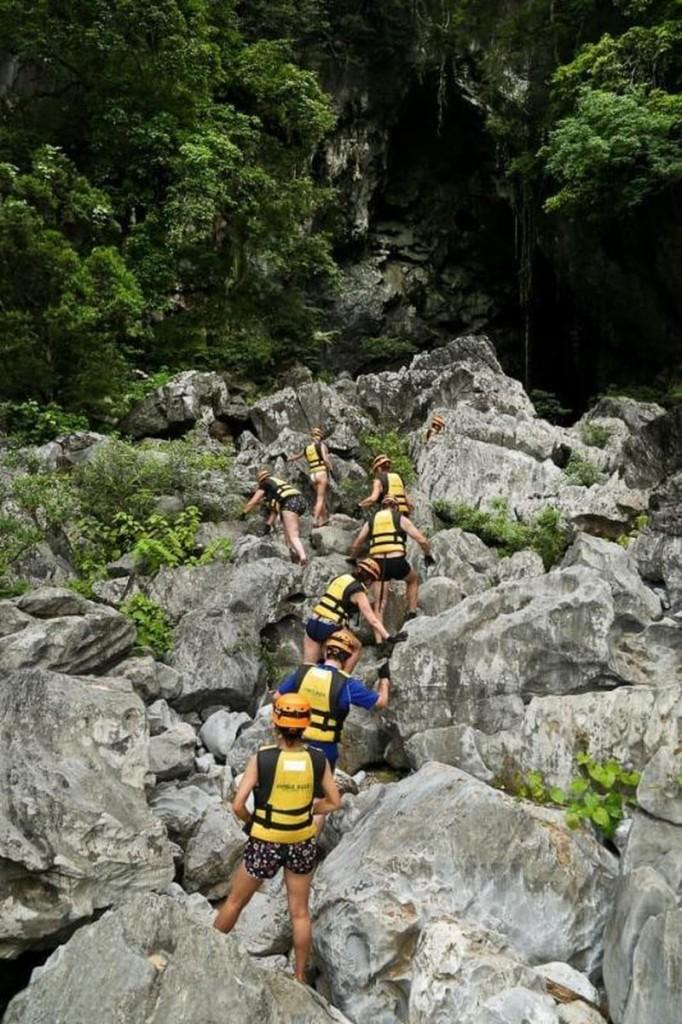 Leo đá vào hang Trạ Ang.