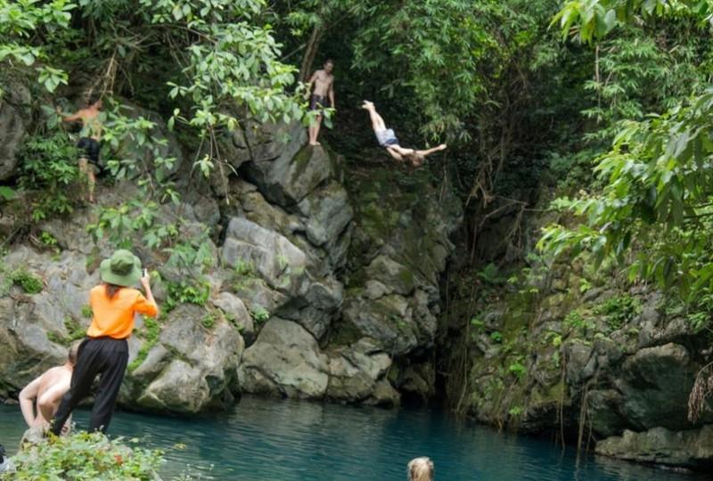 """Màn """"nhảy cầu"""" của du khách thích mạo hiểm."""