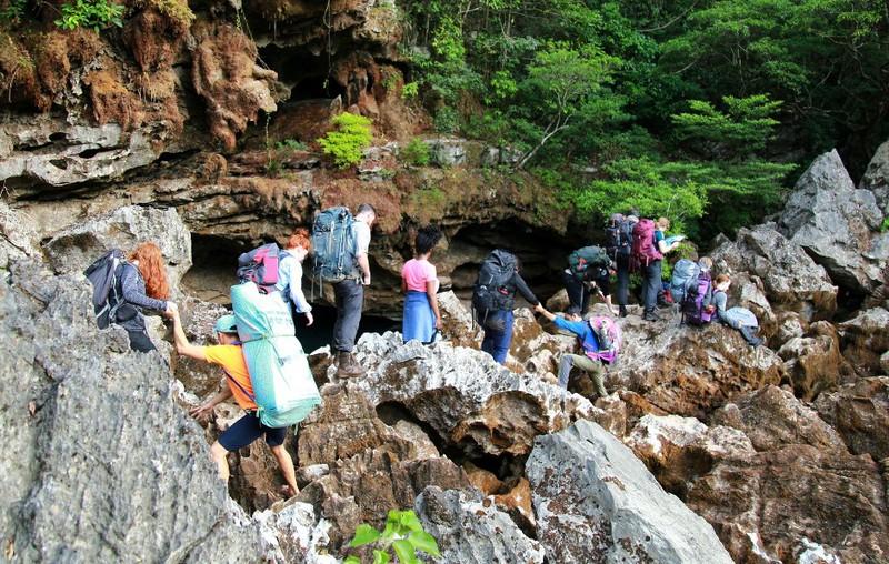 Trekking tiếp tục hành trình vào hang Trạ Ang.