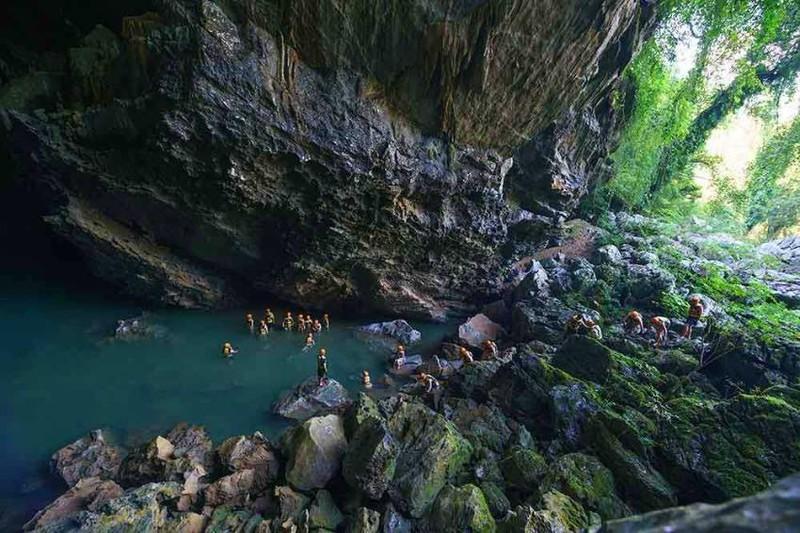 Du khách thỏa thích đam mê khám phá trong lòng hang Trạ Ang.