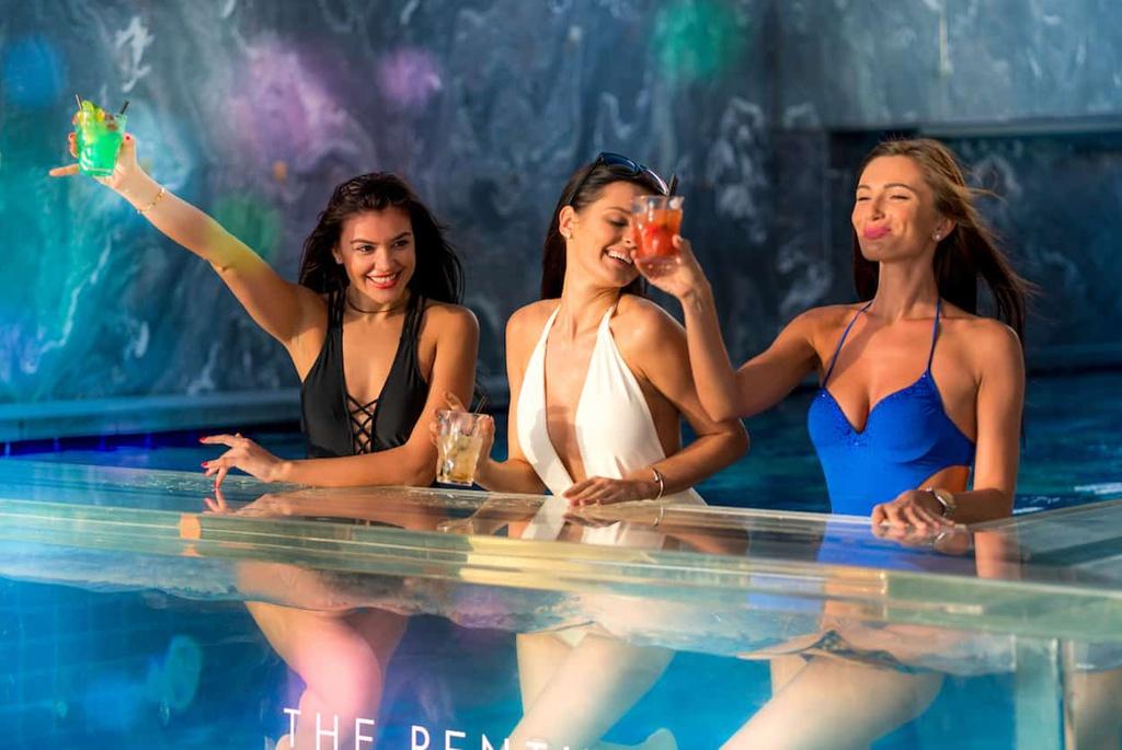 """Những người giàu ở Dubai tổ chức tiệc theo những cách mà dân thường khó tưởng tượng ra. Họ sẵn sàng thuê một du thuyền 5 sao với giá 13.000 USD để dạo quanh bờ biển Dubai. Từ năm 2014, """"khách sạn 7 sao"""" Burj al-Arab cho thuê bãi đỗ trực thăng để giới lắm tiền tổ chức đám cưới, tiệc tùng với giá 55.000 USD. Ảnh: Candy Party."""