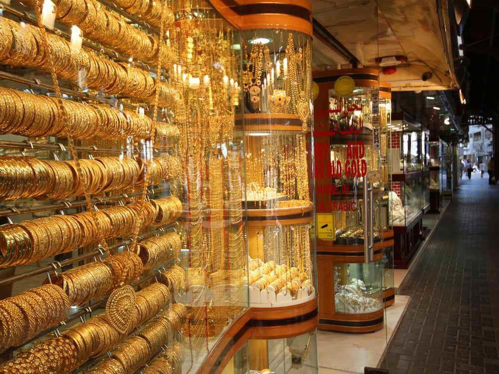 Vàng có lẽ là điều khiến nhiều du khách bất ngờ nhất khi tới Dubai. Tại đây, bạn có thể tìm thấy chợ vàng lớn nhất thế giới, Gold Souk. Chợ nằm trên con phố Deira ở Dubai, kéo dài 1 km với hơn 500 gian hàng. Theo ước tính, có khoảng 10 tấn vàng được bày bán trong khu chợ này. Dubai còn cung cấp cả dịch vụ massage bằng vàng 24K. Gói đắt nhất gồm sửa móng, massage, đắp mặt bằng vàng 24K có giá tới 950 USD. Ảnh: Archidev.