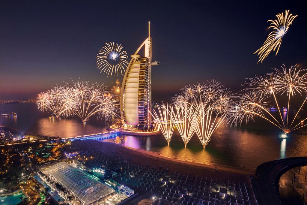"""Dubai được mệnh danh là xứ nhà giàu nên các khách sạn ở đây hứa hẹn khiến du khách cảm thấy được sống như những """"ông vua"""". Bạn có thể trải nghiệm nghỉ dưỡng ở khách sạn Atlantis The Palm đắt bậc nhất thế giới. Burj Al Arab, khách sạn tiêu chuẩn """"7 sao"""", bố trí quản gia riêng ở mỗi tầng để phục vụ """"thượng đế"""". Ngoài ra, họ còn cung cấp cho khách hàng một chiếc iPad mạ vàng trong thời gian lưu trú. Ảnh: Time Out."""