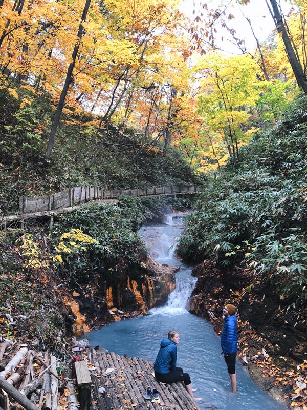 Bắt nguồn từ hồ Oyunuma còn có dòng sông Oyunumagawa len lỏi trong khu rừng. Dòng nước vài trăm mét dẫn tới điểm ngâm chân ngoài trời giữa cây lá xào xạc.
