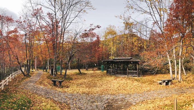 Mùa thu (giữa tháng 10) là thời điểm đẹp nhất để tới đây khi sắc lá vàng đỏ tô điểm thêm cho khung cảnh kỳ thú của Thung lũng Tử thần và các đường mòn bao quanh. Vào mùa đông, một số khu vực không thể đi lại được.