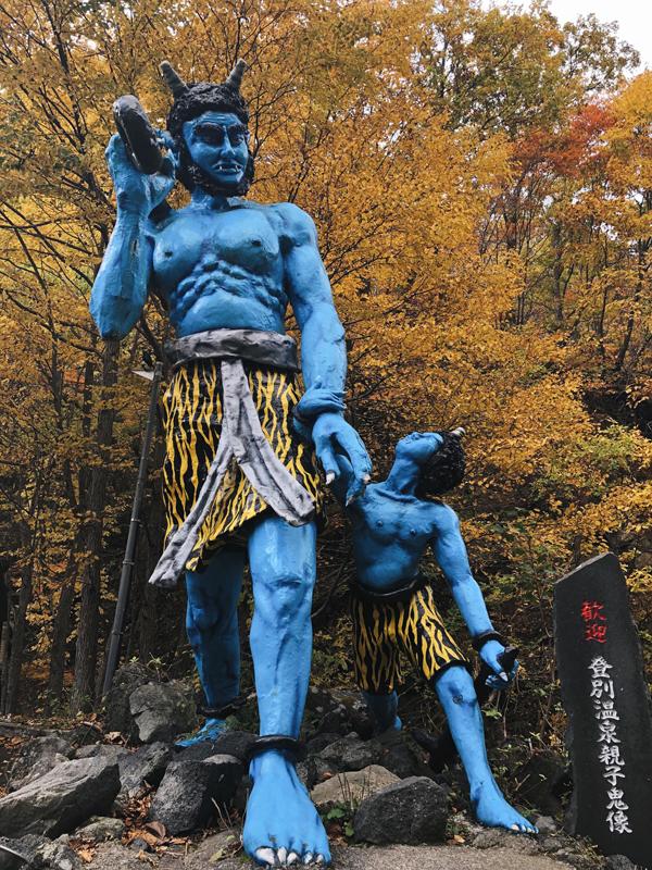Bạn đừng quên chụp ảnh với các con quỷ tốt bụng bảo vệ cho nguồn suối nước nóng. Để tới Thung lũng Tử thần, bạn có thể đi tàu hoặc đi xe bus từ thành phố Sapporo tới Noboribetsu, sau đó đi bộ 5 phút từ bến xe bus Noboribetsu Onsen.