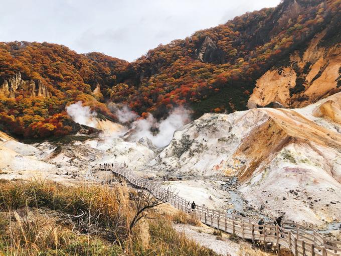 """Để miêu tả Jigokudani, người dân trong vùng chỉ cần nói một câu """"Đó là khởi nguồn của Noboribetsu Onsen"""". Thung lũng này trải rộng trên diện tích 11ha gồm nhiều mạch nước nóng cung cấp cho cả vùng."""