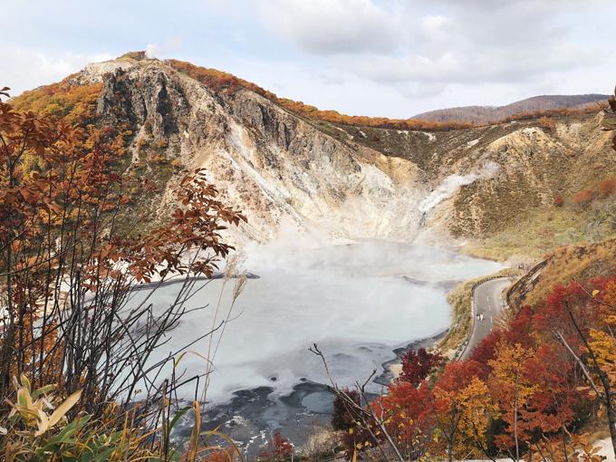 Mất khoảng 20 phút đi từ Thung lũng Tử thần, bạn sẽ tới hồ Oyunuma với nhiệt độ bề mặt lên tới 50 độ. Quanh hồ có đường đi cho ôtô qua lại, tiếp cận sát mép nước.
