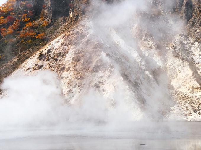 Những làn khói trắng lúc mỏng manh khi nghi ngút trên các mảng đá xám, nâu tạo nên khung cảnh huyền ảo.