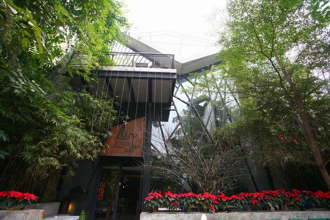 Quán An Garden Café nằm trong khu đô thị mới của quận Hà Đông, với quy hoạch là những biệt thự liền kề nhưng tạo ấn tượng với cây xanh bao phủ. Tòa nhà được thiết kế thành quán cà phê 3 tầng, mỗi tầng là một không gian khác biệt.