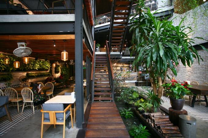 Cầu thang lên tầng nằm ở trung tâm công trình, phía dưới là một ao nước nhỏ trồng cây thuỷ sinh. Kiến trúc và nội thất được thiết kế với phong cách công nghiệp, sử dụng hệ kết cấu thép chủ đạo, kết hợp với các vật liệu kính, bê tông trần, gạch xây trần không trát.