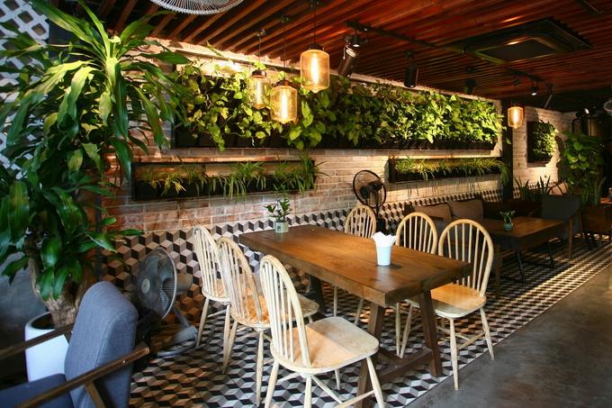 Bên trong quán chỗ nào cũng hiện diện màu xanh, giảm bớt cảm giác nặng nề của xi măng. Cây được trồng trong các bồn cây và trên những bức tường. Hệ thống cây được tưới nước tự động nên luôn tươi tốt.