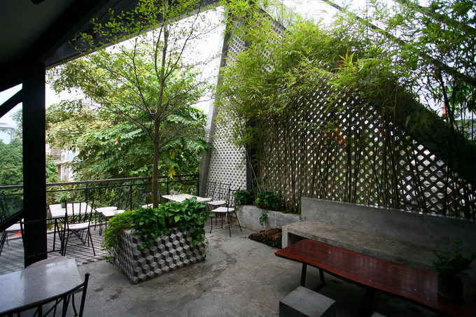 Phía trước ở tầng ba có một khoảng sân thượng dành cho những ai thích thoáng đãng với không gian ngoài trời.